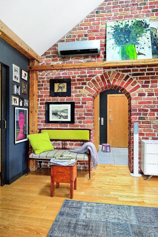 În camera de zi peretele comun cu dormitorul este finisat cu vopsea lavabilă neagră. Negru conferă o senzație de adâncime, dar e oferă și contrastul maxim cu peretele de cărămidă și pardoseala din parchet.