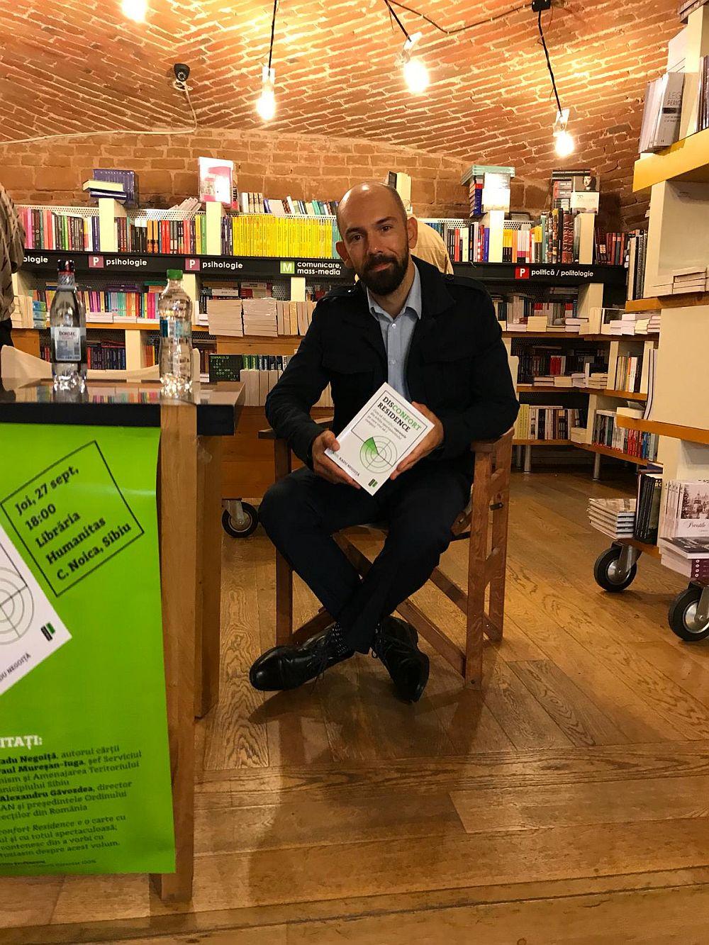 Arhitectul Radu Negoiță la lansarea cărții sale de la Sibiu - fotografie trimisă special pentru cititorii blogului meu. Poți sta de vorbă cu arhitectul bucureștean pe 3 octombrie la Iași la Fab Lab, pe 11 octombrie la Constanța la Cărturești - City Park Mall și pe 18 octombrie la Timișoara la Cartea de Nisip.