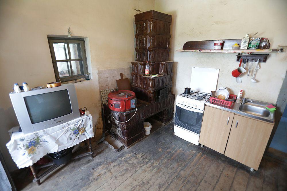Bucătăria înainte de renovare. În locul sobei acum este frigiderul. Fereastra mică a fost mărită pentru a deveni un gol între bucătărie și living.