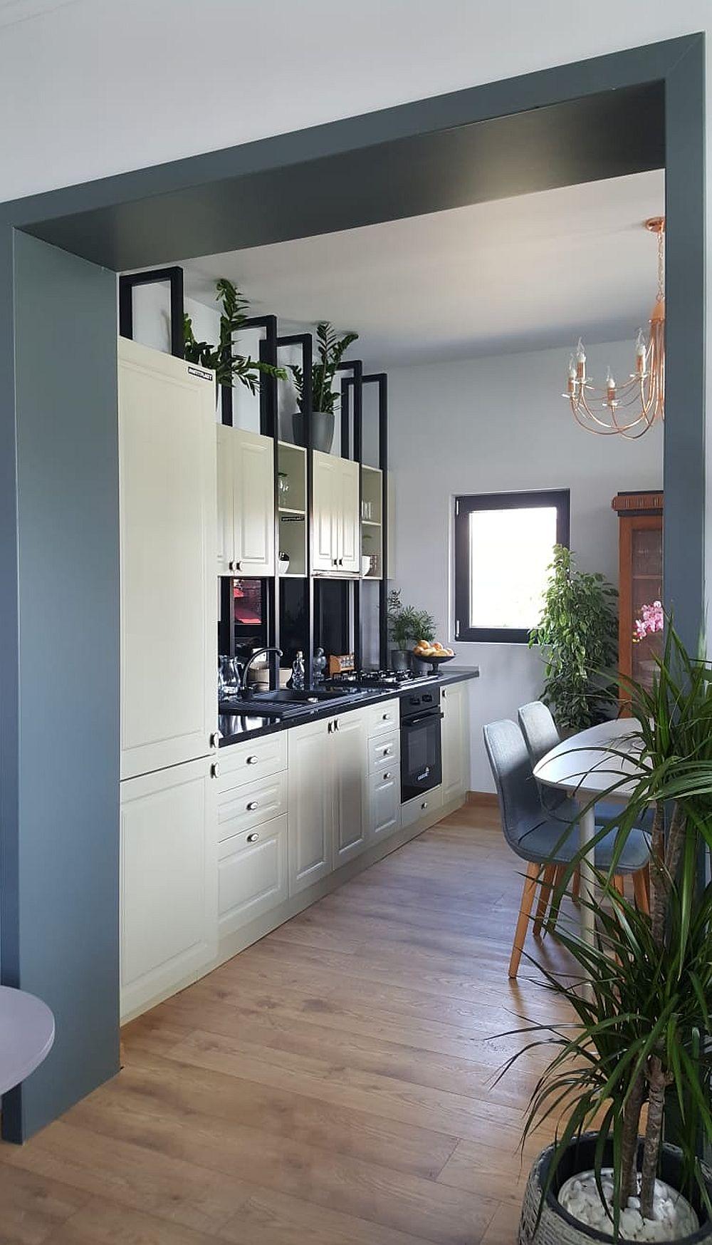 Bucătăria este organizată pe o singură latură a spațiului pentru a nu fi vizibilă din living, deci pentru a fi ascuns caracterul ei tehnic.