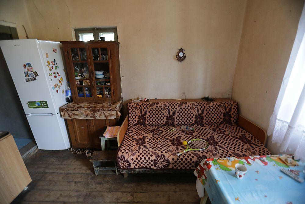 Bucătăria înainte de renovare. Fereastra mică de aici era inițial acoperită de mobilier și frigider. De asemenea, din bucătărie se făcea accesul către baie.