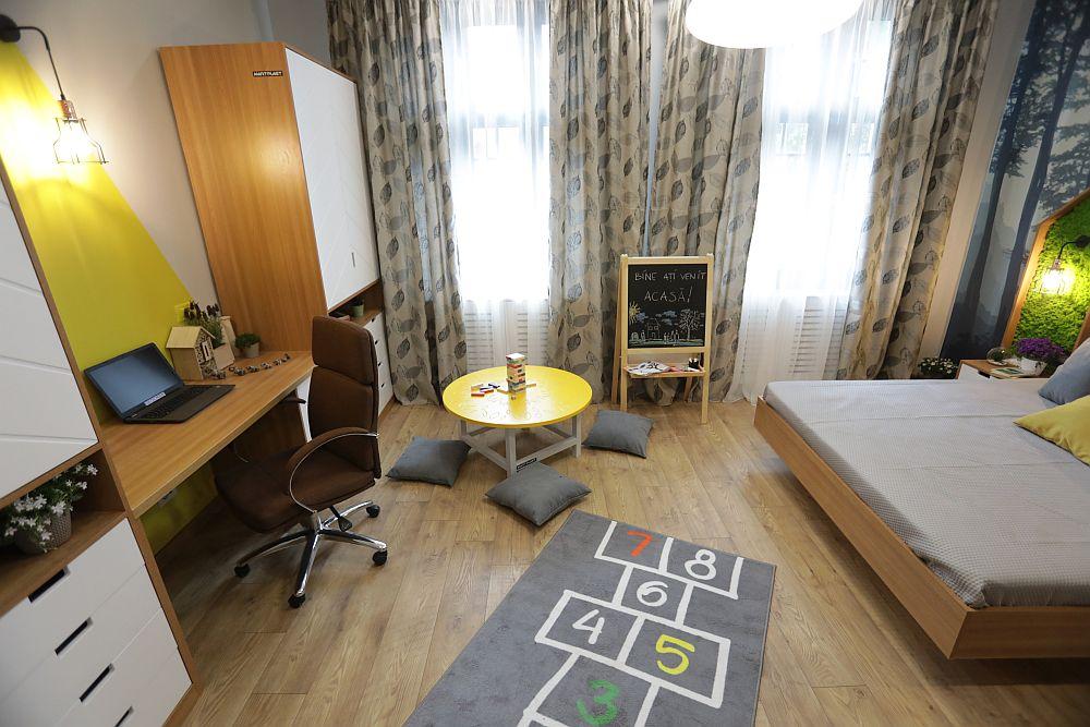 Centrul camerei este lăsat liber pentru ca cel mic să aibă și loc de joacă, mai ales când vremea de afară nu este una bună.