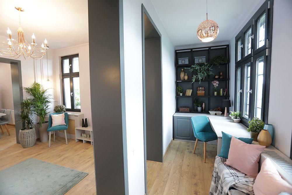 Bancheta de sub fereastra din hol oferă locuri suplimentare de ședere atunci când familia are mai mulți invitați. Familia Dinuță are mulți prieteni, mulți oameni care-i iubesc pentru oamenia lor.