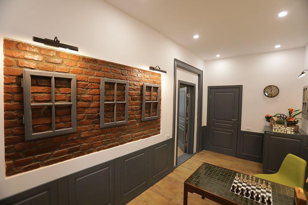 Pe peretele holului colegul Valentin a folosit ramele vechilor ferestre ca decorațiuni.