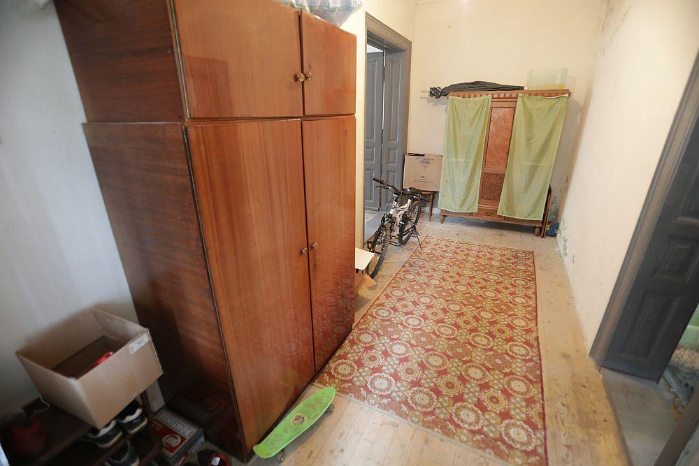 Holul dinspre baie înainte de renovare. Se poate observa dulapul vechi al familiei care era depozitat aici și pe care l-am transformat în mobilier de depozitare în bucătărie.
