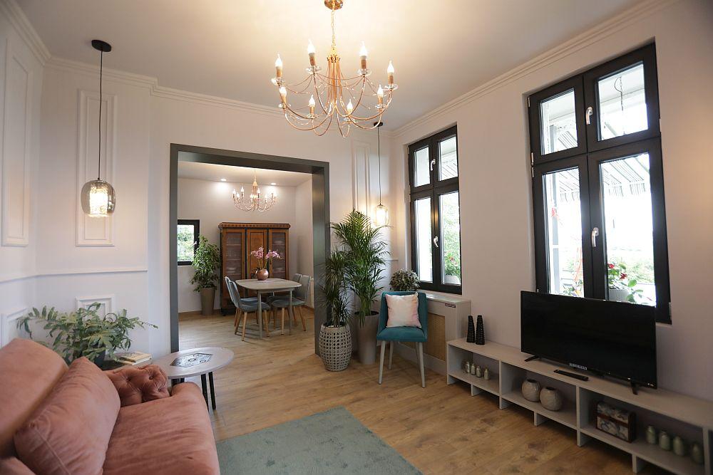 Ăntre living și bucătărie a existat inițial o fereastră interioară mică. Golul a fost mărit pentru ca cele două spații să poată comunica între ele, iar livingul să nu se simtă modest ca și spațiu.