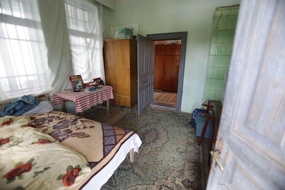 Camera care a devenit living înainte de renovare. Cele două ferestre din stânga au devenit două goluri către holul de la intrare.. Ușa a fost zidită, iar soba dezafectată, casa fiind echipată cu centrală termică.