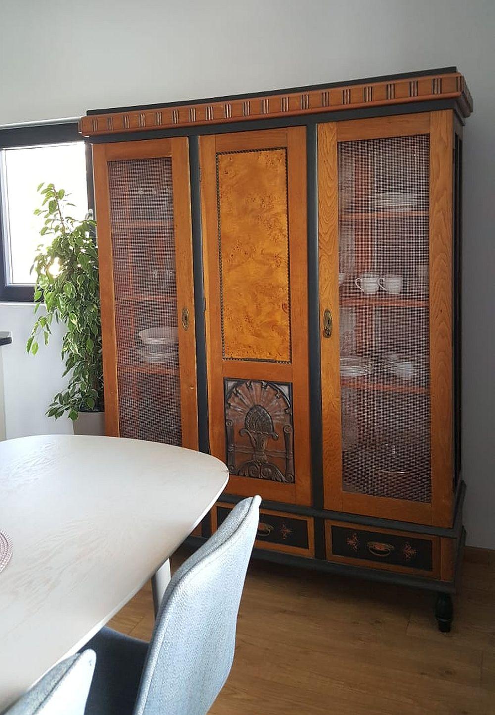 Dulapul vechi al familiei l-am redecorat și reparat pentru a-i conferi o utilitate practică: spațiu de depozitare pentru veselă în bucătărie. Am păstrat cât mai mult din suprafețele inițiale din lemn de stejar și lemn de rădăcină de stejar și am adăugat accente închise la culoare și nuanță bronz pentru un aspect mai elegant.