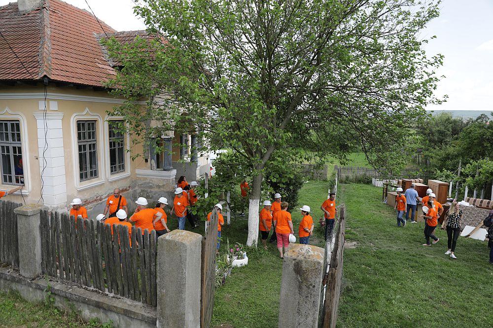Casa înainte de renovare, în timpul evacuării obiectelor cu ajutorul voluntarilor.