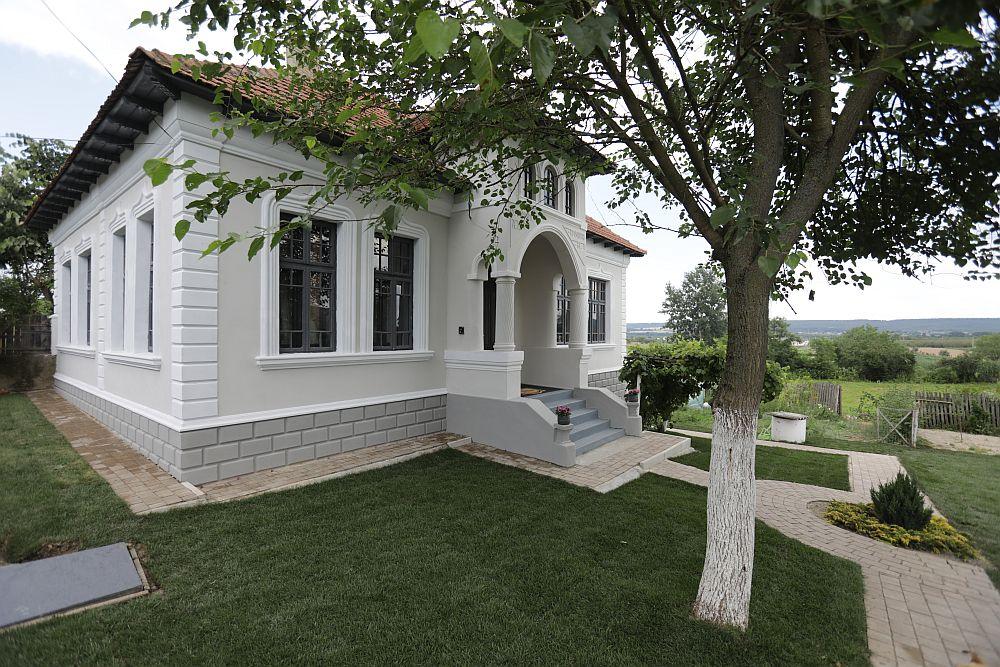 Casa familiei Dinuță după renovarea făcută de către echipa Visuri la cheie. Mulțumim echipei Profile Decorative CoArtCo care a asigurat gratuit furnizarea de elemente arhitecturale pentru fațadă, precum și montajul lor.