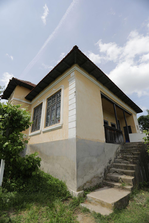 Îniante de renovare casa avea o scară exterioară foarte degradată în zona de terasă, situată în spatele casei.