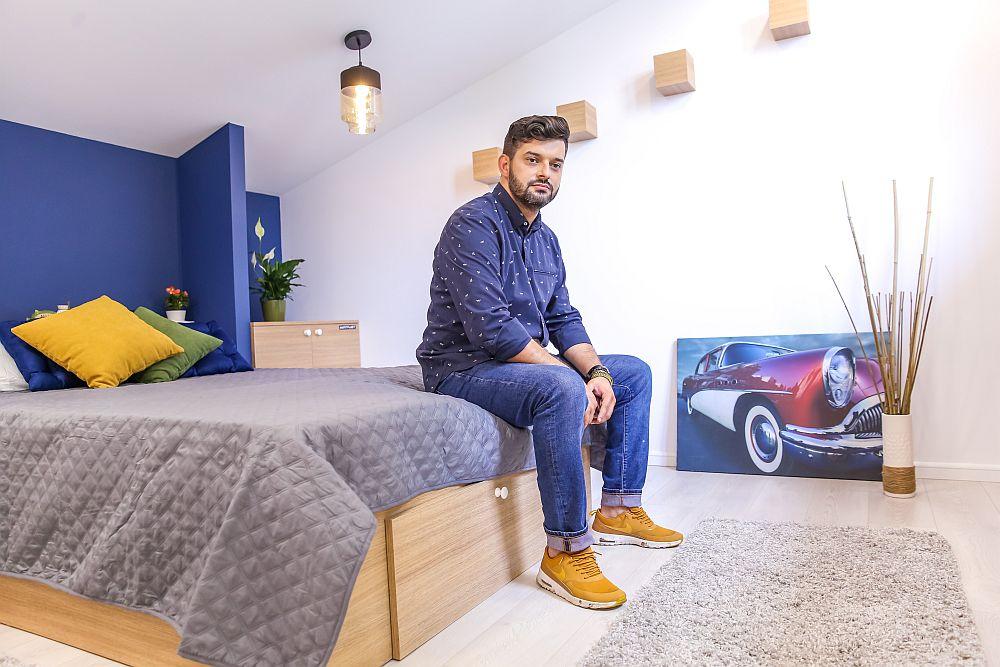 Arhitectul Ciprian Vlaicu în dormitorul pe care l-a gândit cu drag pentru Florin Popa.