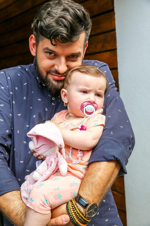 Colegul nostru Ciprian Vlaicu s-a atașat foarte tare de bebelușa Ayana. Și ca să vezi cum e viața. am aflat că amândoi sunt născuți în aceeași zi.