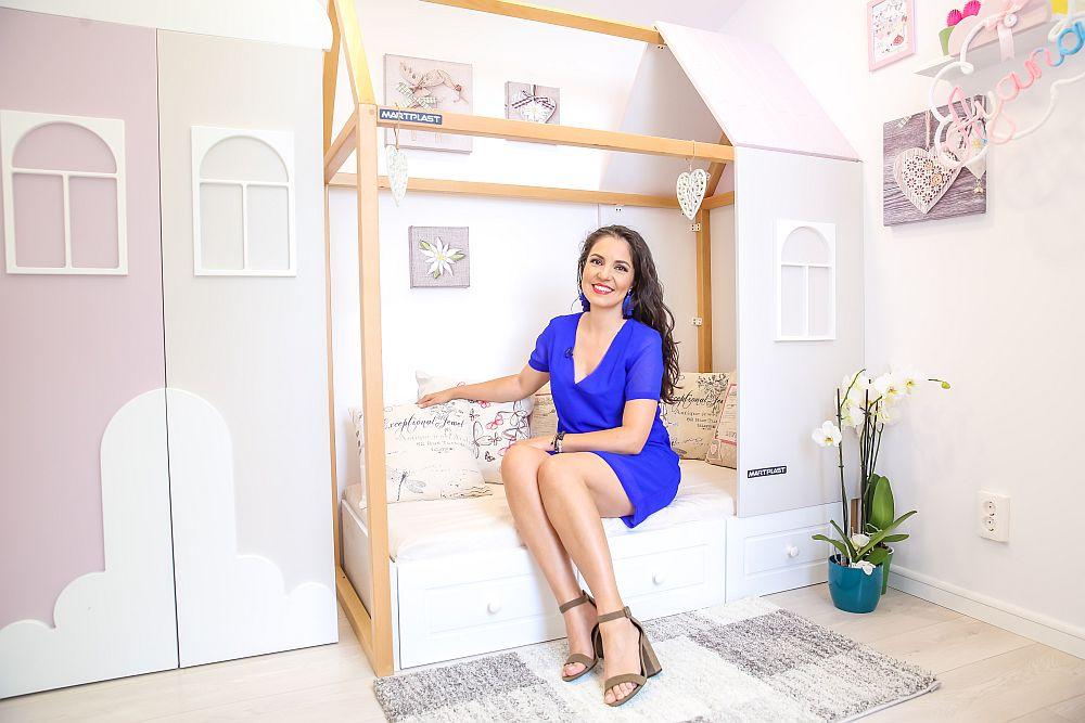 Designerul Cristina Joia în camera pe care a gândit-o cu sufletul pentru bebelușa Ayana.