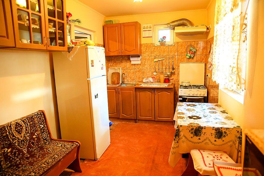 Bucătăria înainte de renovarea făcută de către echipa Visuri la cheie.
