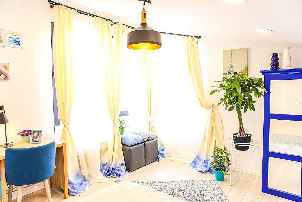 Camera Amaliei este cea mai mare pentru că și-a dorit o încăpere spațioasă. Cristina a avut grijă ca ferestre să fie încadrate cu draperii decorate de ea, ca și proiect special.