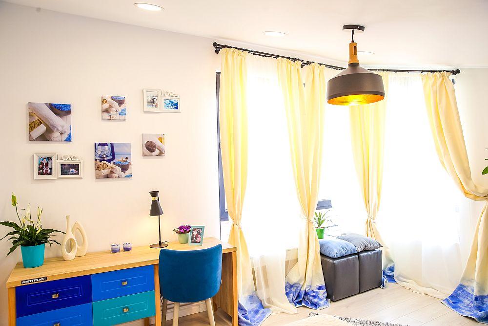 Biroul este poziționat astfel încât să beneficieze din lateral de lumină naturală. Cristina a avut grijă ca peste tot să se regăsească nuanțe de albastru și turcoaz.
