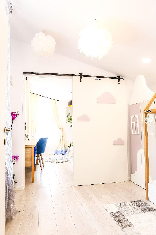 În camera Ayanei a fost realizat de către Cristina un proiect special: corpul de iluminat sub formă de norișor, perfect în acest ambient de poveste.