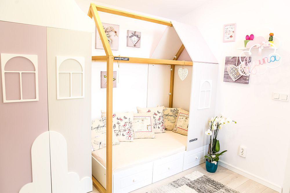 Camera bebelușei Ayana a fost gândită de către Cristina, care a folosit nuanțe delicate și motivul norișorilor. Mobila este executată la Martplast după proiectul Cristinei, care a imaginat un orășel în miniatură.