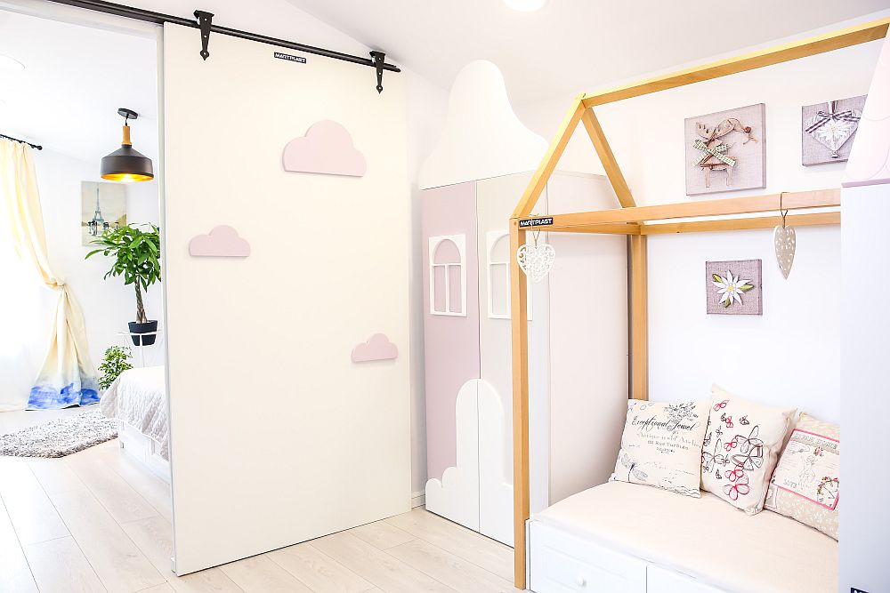 Camera bebelușei este separată de cea a surorii ei mai mari printr-o ușă culisantă decorată cu norișori. Ușa a fost gîndită de către Cristina și realizată pe comandă la Martplast.