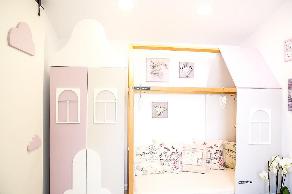Dulapul din camera bebelușei are forma unei căsuțe. Este din MDF cu traforuri aplicate realizat la Martplast după proiectul Cristinei.
