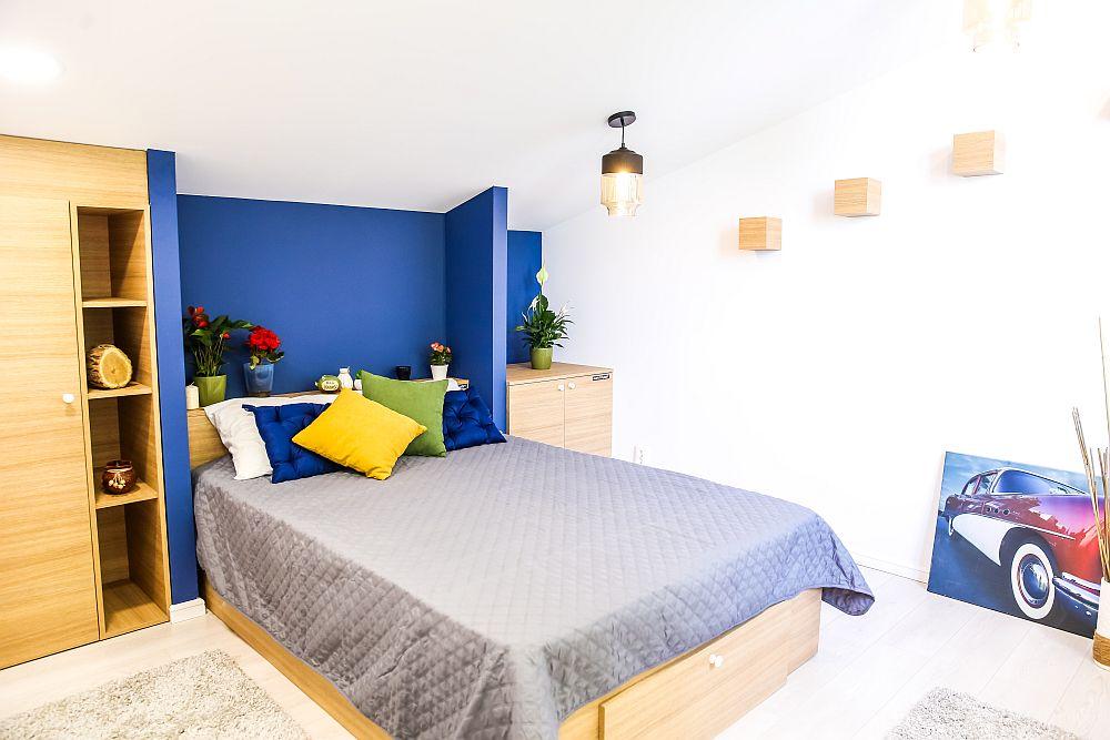 Dormitorul tatălui a fost gândit de către Ciprian, care s-a folosit de panta de la mansardă pentru a poziționa patul în zona unde înălțimea este mai mică. Astfel, în zona mai înaltă circulația se face fără probleme.