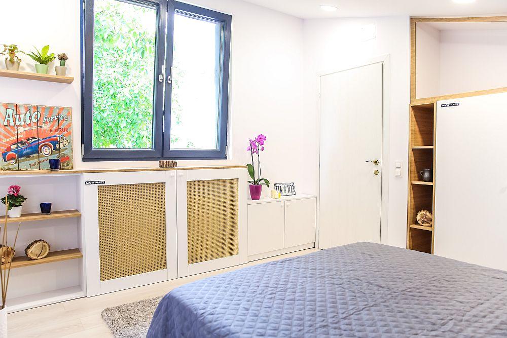 Pe aceeași latură cu dulapul se află și ușa interioară a dormitorului.