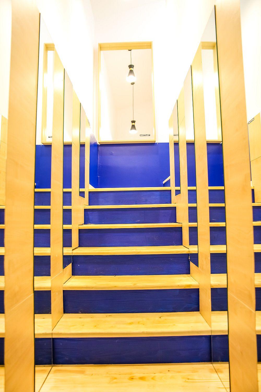 Scara interioară este una închisă cu pereți și cu trepte din lemn. Contratreptele și parțial pereții au fost finisați cu vopsea Dulux, iar pereții placați cu PAL și cu oglinzi de către echipa sponsorilui Martplast. Oglinzile dau efectul unui spațiu mai mare, mai luminos și mai adânc.