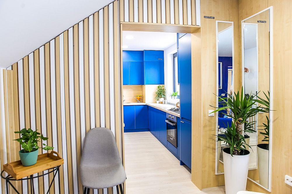 Pentru ca spațiul livingului să nu se simtă ca fiind mic și spațiu de trecere, a fost gândit să comunice cu bucătăria.