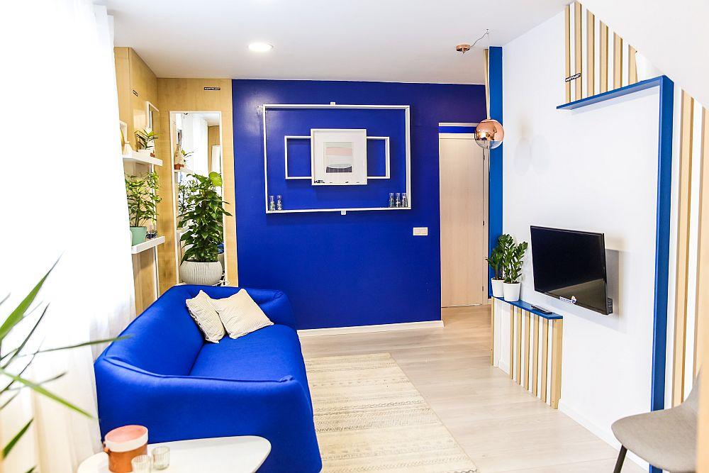 După renovare livingul are ușa pe același perete, dar mutată pentru a fi pe aceeași direcție cu holul și cu scara interioară.