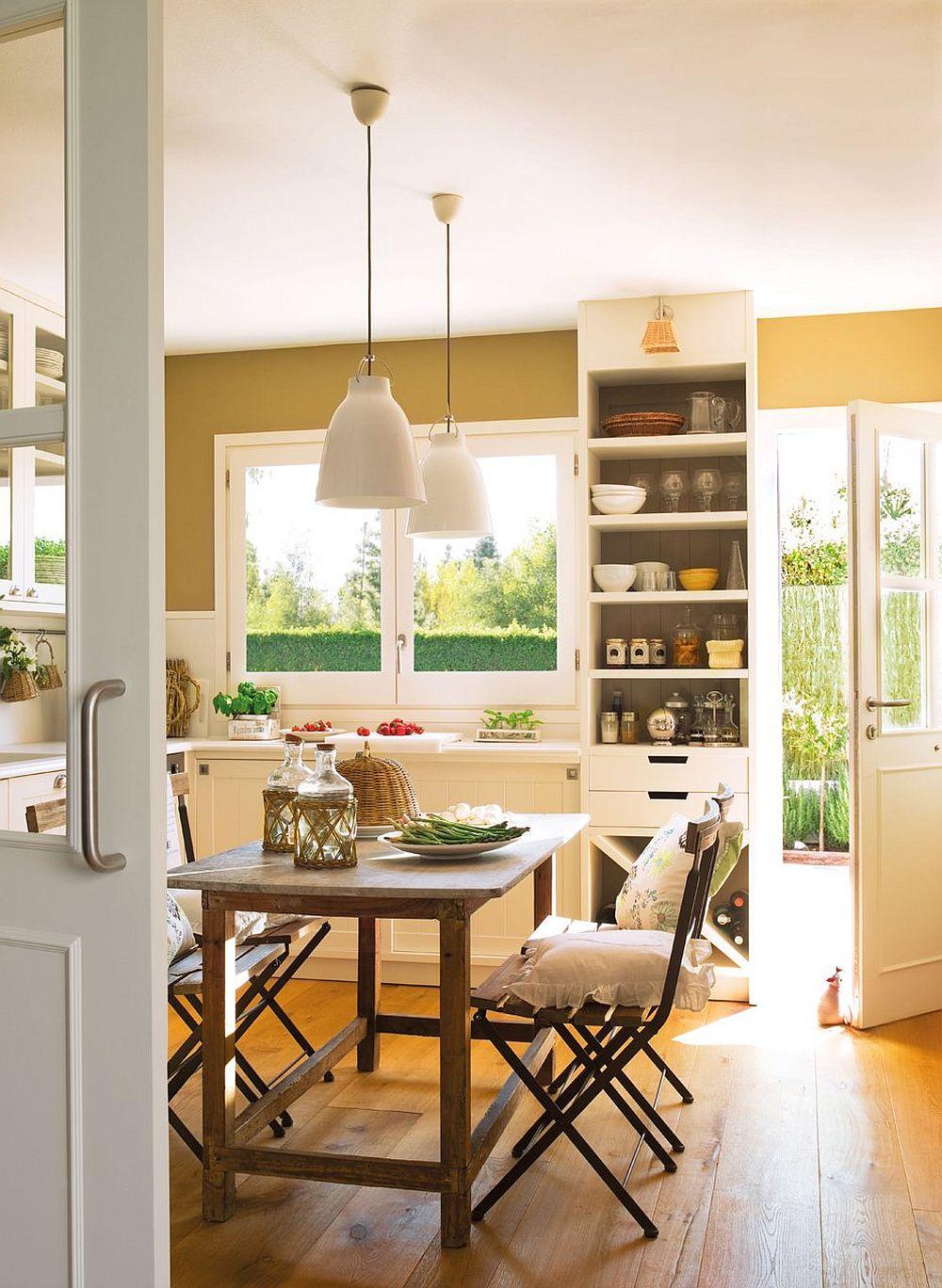 Bucătăria este folosită ca și acces secundar în casă. De ce? Pentru că fiind o casă la țară, o mare parte din timp este petrecut afară, în curte. Așa că la nevoie trebuie să existe un acces facil către bucătărie. Ușa, dar și ferestrele de aici au fost mărite, însă fiecare spațiu a fost ulterior exploatat pentru poziționarea mobilierului.