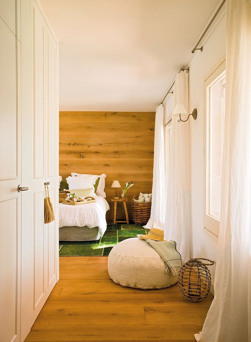 Dormitorul matrimonial este simplu, dar relaxant prin prezența din plin a textuilor din lemn. Aici pardoseala pare să se continue pe suprafața peretelui ce marchează locul tăbliei patului. Dulapuri generoase sunt poziționate chiar la intrarea în cameră vizavi de ferestre ample ce inundă camera cu lumină naturală.