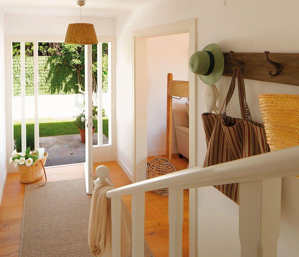La etaj sunt dormioarele, iar accesul se face pe scara interioară a holului dinspre intrarea principală. Toată pardosela este la fel în casă, din lemn într-o nuanță aurie, iar tâmplăria interioară albă. Astfel accentele date de mic mobilier din lemn se văd imediat pe suprafețele deschise.