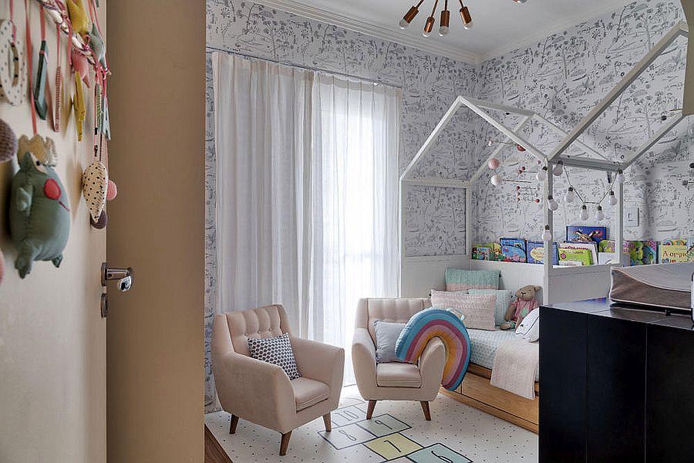 Camera fetițelor de la etaj nu este mare, dar este luminoasă, plăcută și specială, grație paturilor cu formă de căsuțe și ale nuanțelor obiectelor de mic mobilier care aduc un plus de culoare în ambientul creionat preponderent în alb și negru.