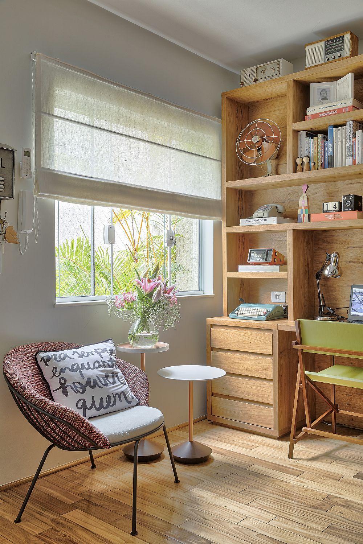 Un mic colț de lectură este binevenit în living, marcat de prezența unui fotoliu și a unei măsuțe.