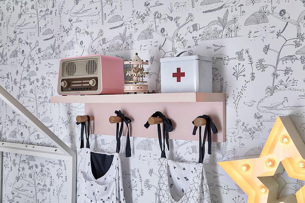 Prin mic mobilier, decorațiuni și jucării se poate colora ușor o cameră pentru copii. De aceea cu cât suprafețele mari sunt mai simple, mai ordonate și luminoase, cu atât decorațiunile vor ieși mai bine în evidență. Altfel, prea multe culori pot obosi, mai ales într-o cameră mică.