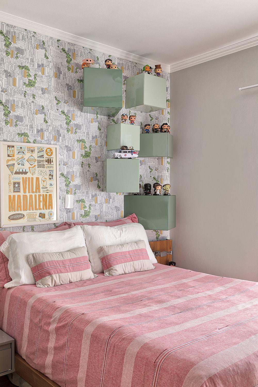 Dormitorul părinților este de asemenea o cameră de mici dimensiuni, dar amenajată jucăuș și vesel. Când ai copii știi că o mare parte din timpul lor ei și-o petrec în patul părinților. Pe de altă parte aici vorbim despre un cuplu de arhitecți, adică oameni tineri și creativi care au propriile lor colecții de jucării de design.
