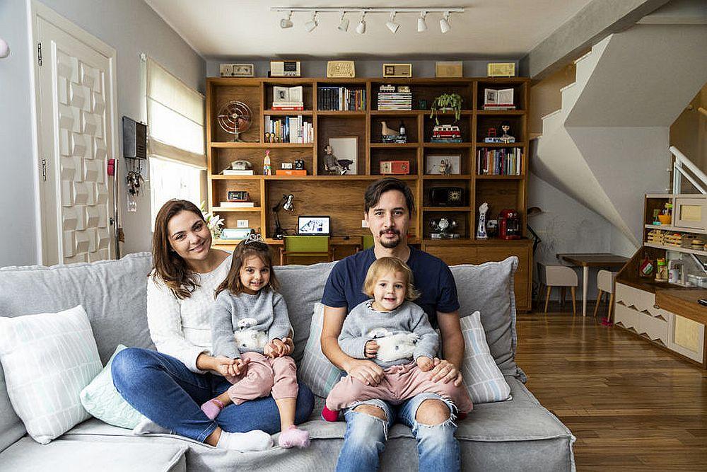 Cuplul de arhitecți și fetițele lor petrec cea mai mare parte a timpului lor la parterul casei și au avut în vedere ca totul să fie la îndemână și plăcut vizual, creionând și un loc de joacă în spatele canapelei.