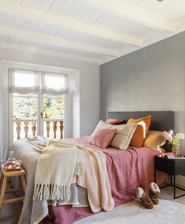 După decorare, ambianța se simtă mult mai intimă și asta grație tapetului din spatele patului, dar și pentru că decorațiunile textile sunt colorate, mai voluminoase și numprul pernelor dă o senzație de cuib, reducând totodată suprafața neocupată a patului, deci și săațiul este mai plin. Covorul, dar și băncuța de la capătul patului completează frumos ambientul, dar aduce și un plus de confort și funcționalitate.