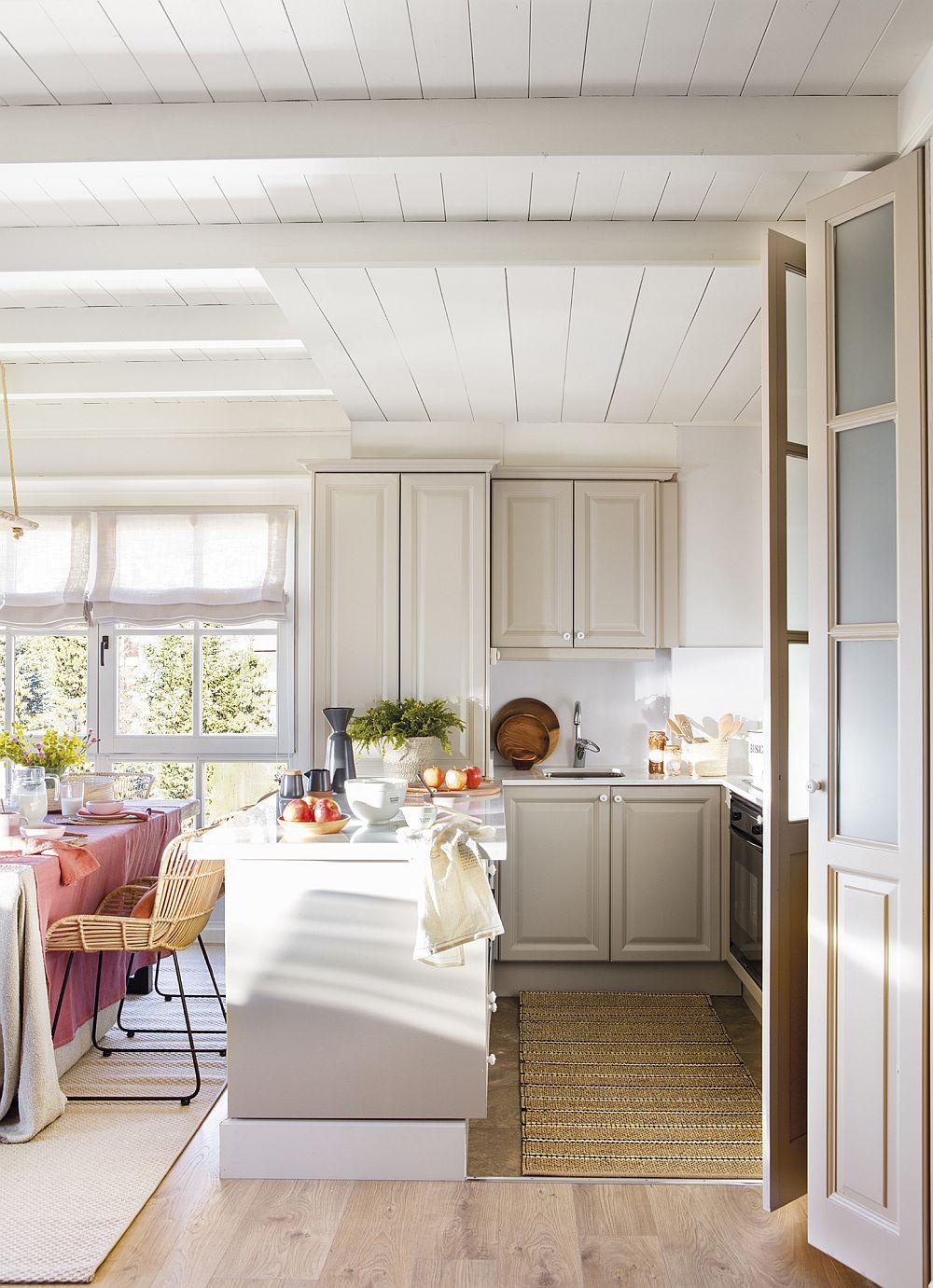 În apartament, bucătăria ocupă o suprafață mică, dar senzația de spațiu mic nu se simte pentru că este deschis către zona de luat masa și living. Mobila este cu fronturi frezate, închise, astfel ca la vedere să fie cât mai puține lucruri. Însă odată ce sunt puse cîteva decorațiuni, acestea ies în evidență pe fundalul neutru.