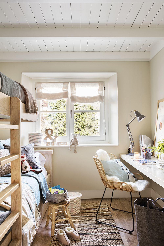 După decorare spațiul camerei a devenit personalizat în principal prin decorațiuni textile. Cu ajutorul lor imediat se poate aduce o pată de culoare. De asemenea, fiind o cameră pentru copii și jucăriile contează în ambianța camerei.