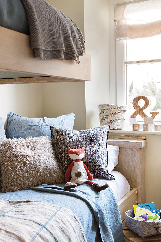 Da, nu uitați că într-o camer de copil întotdeauna jucăriile vor aduce culoare, așa că pentru mobilă, finisajele pereților și pardoseală, alegeți întodeauna nuanțe și texturi care să rezistente în timp, care să fie neutre și plăcute.