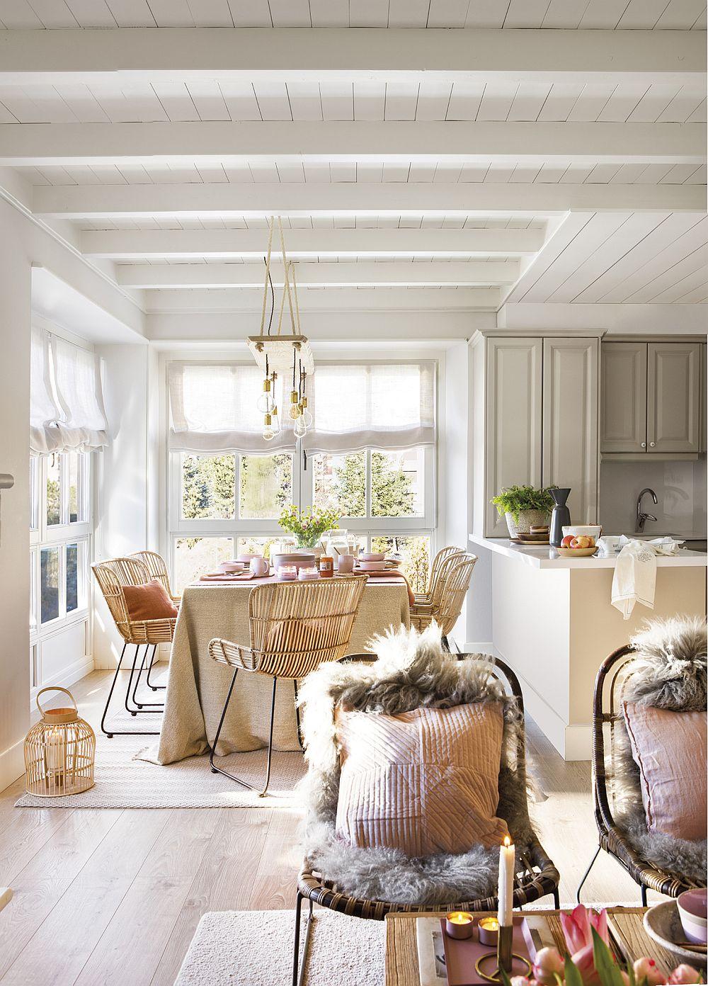 După decorare, atmosfera se simte mult mai intimă, mai familiară. Ai senzația de acasă. Dar contează foarte mult și faptul că prin decorațiuni s-au adus și pete de culoare la interior. Rozul pudrat se combină frumos cu bejurile și marourile deschise prezente și în fază inițială.