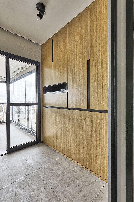 În cea de a treia cameră configurată prin separarea cu tâmplărie, patul este unul rabatabil. Odată închis el nu se mai simte în spațiul mic, fiind perfect integrat cu restul mobilierului pentru depozitare,