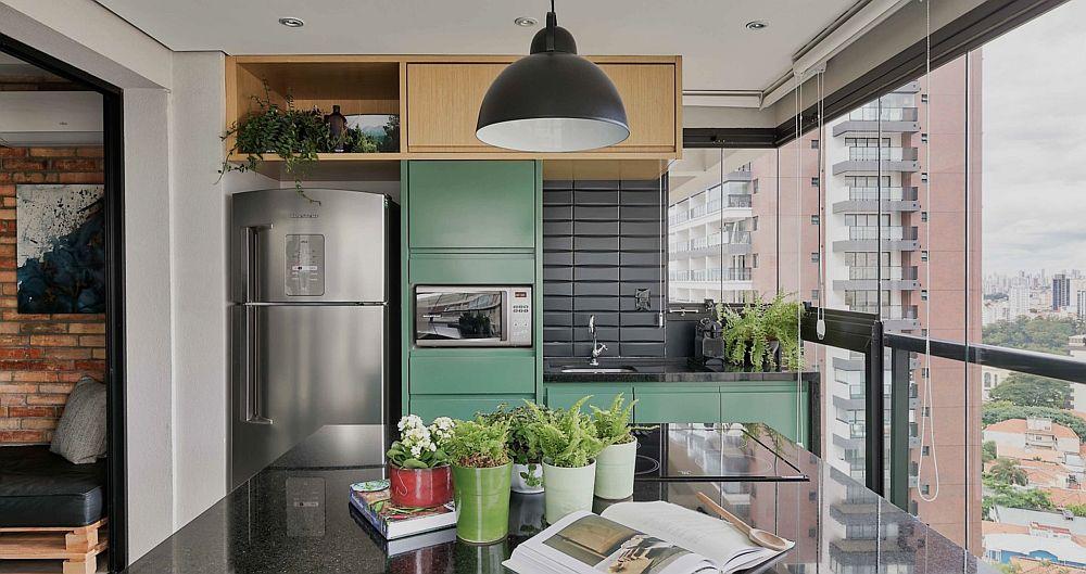 Spațiul alocat bucătăriei nu a fost suficient pentru ca toate electrocasnicele să fie bine organizate înșiruit. Așa că plita a fost integrată în ansamblul mesei insulă, care are și spații de depozitare dedesubt.
