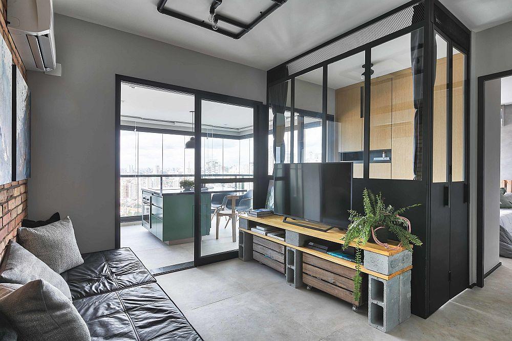 A treia cameră a fost creată cu tâmplărie. Prezența ferestrelor alungă senația de claustrofobie și lasă lumina să circule către centrul locuinței, având în vedere că singura fereastră era dispusă pe o latură a apartamentului.