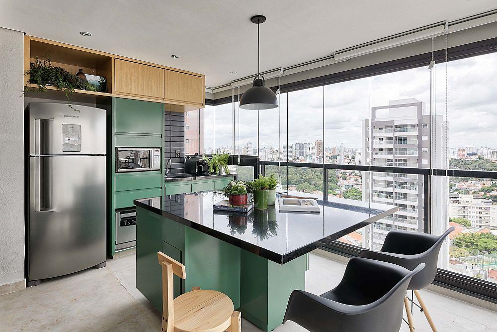 Bucătăria a fost amenajată într-un spațiu ce include acum și balconul. Spațiul luat în calcul a fost în primul rând pentru o masă la care să încapă cel puțin trei persoane. Masa insulă asigură în plus și spații de depozitare înspre bucătărie.