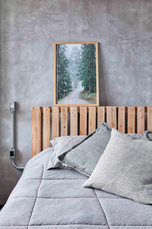Dormitorul matrimonial este industrial conceput cu tate cele necesare minimal configurate. Pentru a exploata spațiul mic, s-a renunțat la noptiere, iar în locul veiozelor au fost realizate corpuri de iluminat aplicate pe perete.