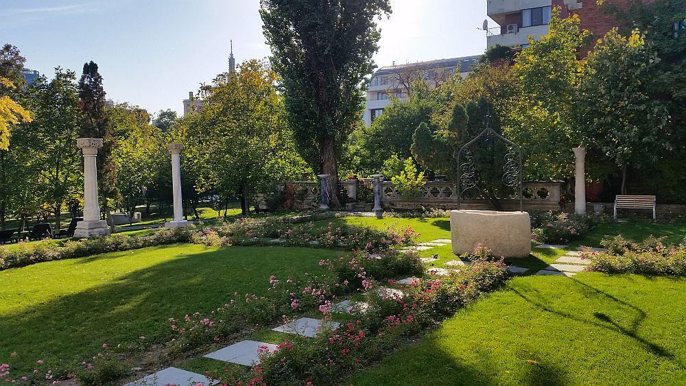 Grădina din fața intrării principale de la Vila Minovici.