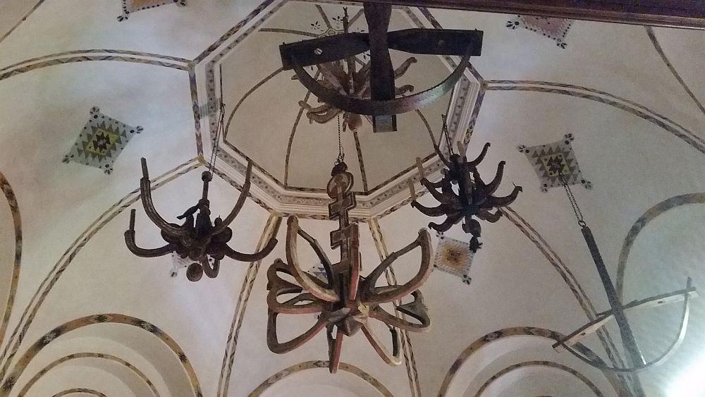 Plafonul capelei private unde sunt suspendate candelabre vechi din biserici din Transilvania și Muntenia.